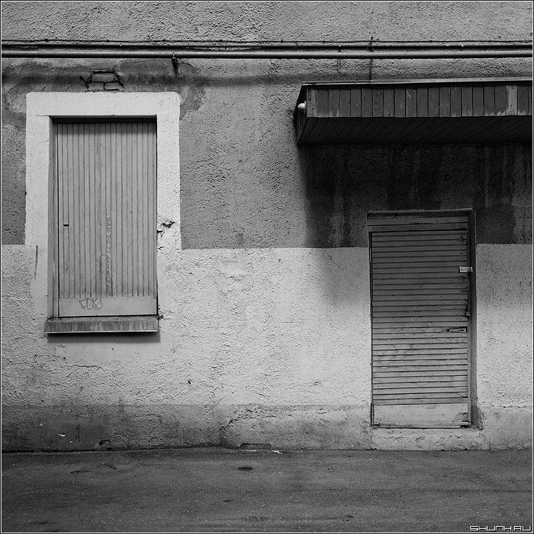 Теорема о базисном миноре - теорема дверь окно здание дом квадратное фото фотосайт