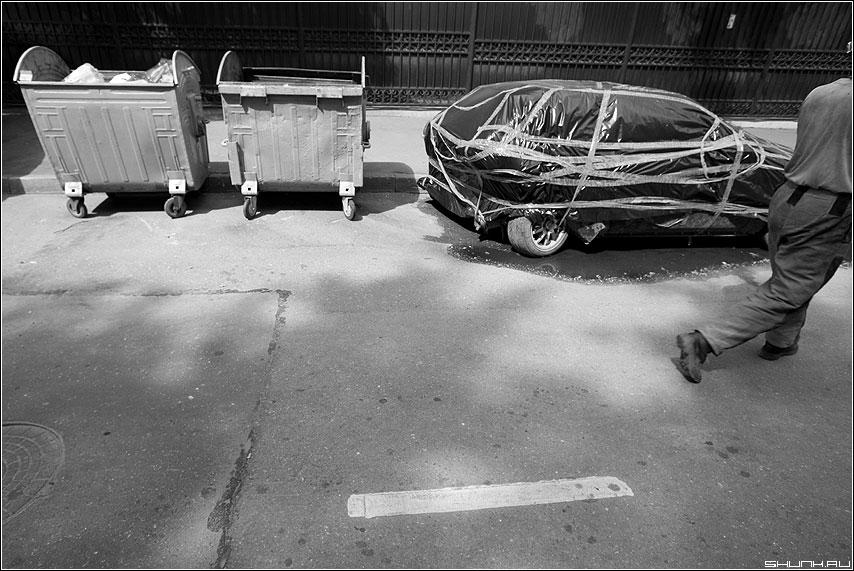 Про разное - автомобиль помойка ноги человек улица колодец полоса разное чёрнобелое фото фотосайт