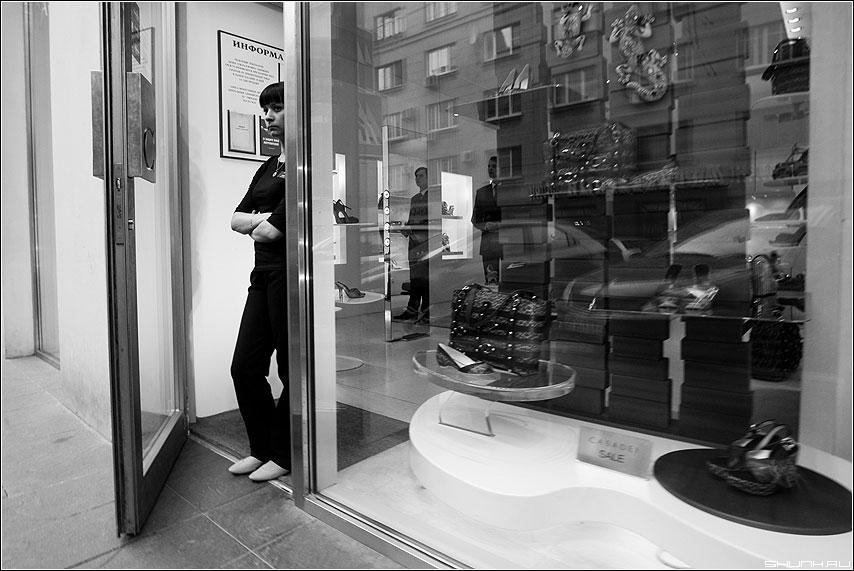 Витринное - витрина девушка манекены чёрнобелые улица фото фотосайт