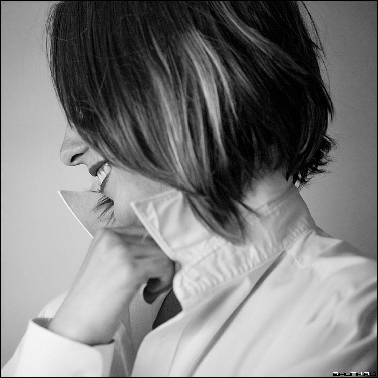 Позитивный - любан чёрно-белый портрет студия свет квадратный улыбка фото фотосайт
