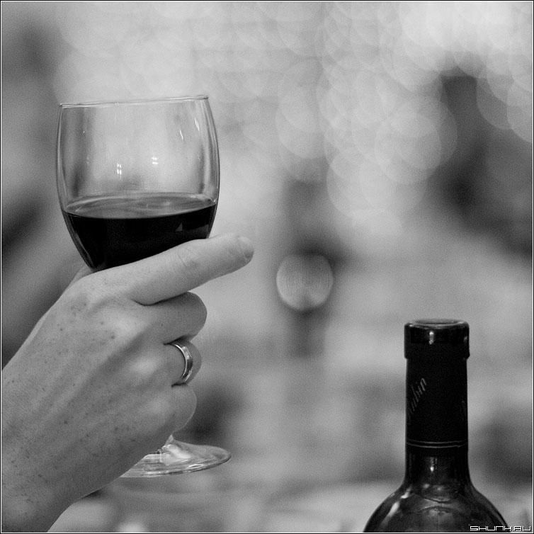Вина? - квадратное вино бокал рука девушка кольцо фото фотосайт