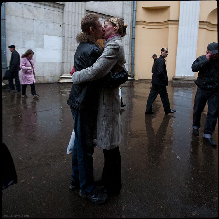 Посреди - поцелуй парочка среднийформат он она метро встреча квадратное фото фотосайт