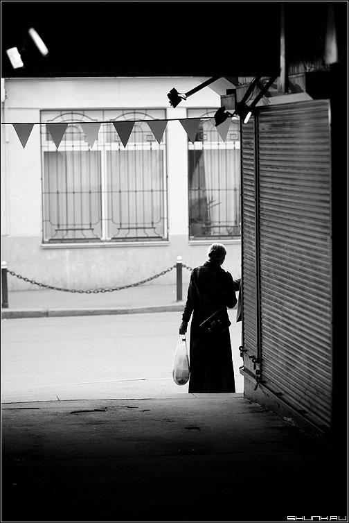 Девушка в арке - чёрнобелое арка девушка кузнецкий город фото фотосайт
