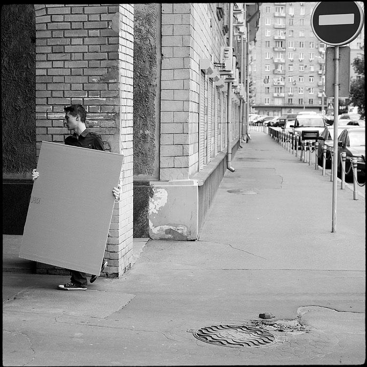 Нести - прямоугольник кирпич квадратное парень нести чёрнобелое фото фотосайт