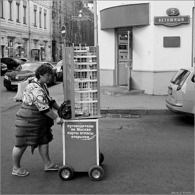 Распространитель открыток - женщина тележка ветошный переулок улица квадратное фото фотосайт