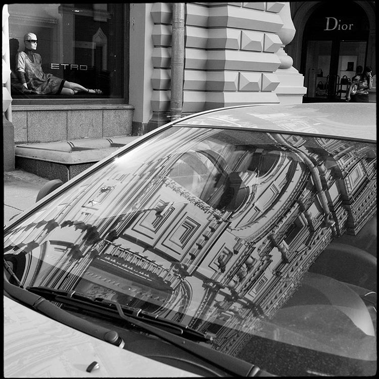 Предрассудок отражения - отражение гум стекло лобовое квадратное маникен витрина фото фотосайт