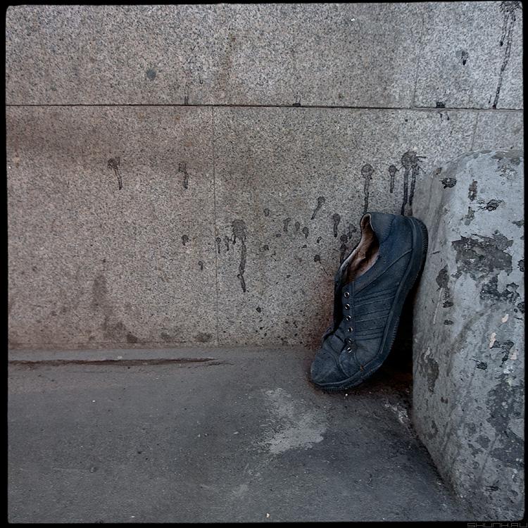 Про бегуна - бегун старт ботинок квадратное фактура камень улица разное элемент фото фотосайт