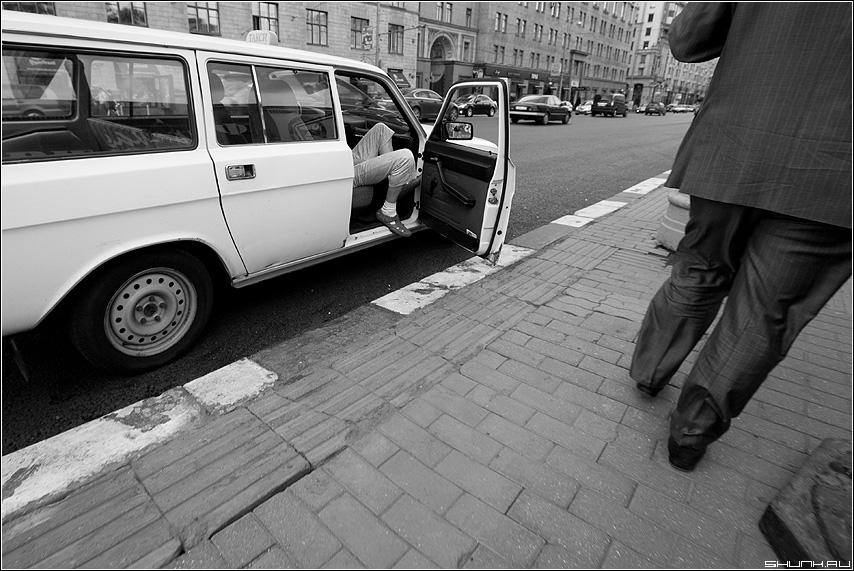 Таксист - улица таксист клиент пасажир ноги чёрнобелые стритфото фото фотосайт