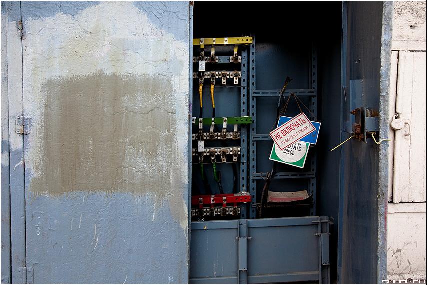 Про электрика - электрик шкаф дверь провода таблички фото фотосайт