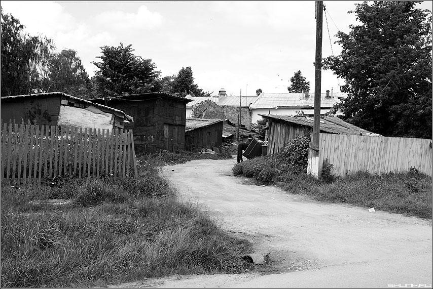 Верейский дворик - верея человек помойка чёрнобелые дворик дома 21век фото фотосайт
