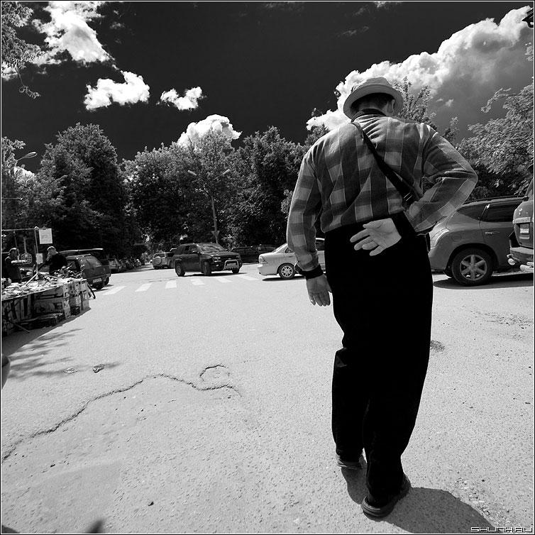 Заломаная рука - рука мужик верея улица спина квадратное чёрнобелое небо фото фотосайт