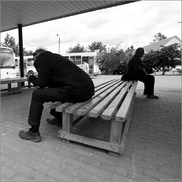 На автобусной станции - мужики лавочки вквадрате квадратное люди чёрнобелое фото фотосайт