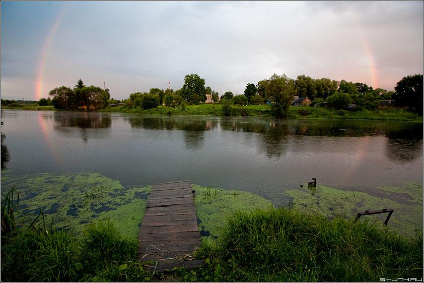 Радужный вечер - дождь радуга пруд деревня мосток мостик лето фото фотосайт
