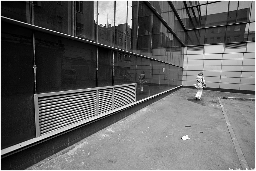 Бежать от себя - отражение женщина архитектура чёрнобелое здания движение фото фотосайт