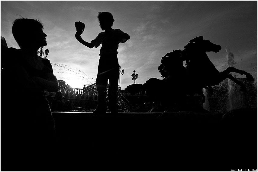 На тройке с бубенцами - силуэты манежка ребенок кони мама небо чёрнобелое фото фотосайт