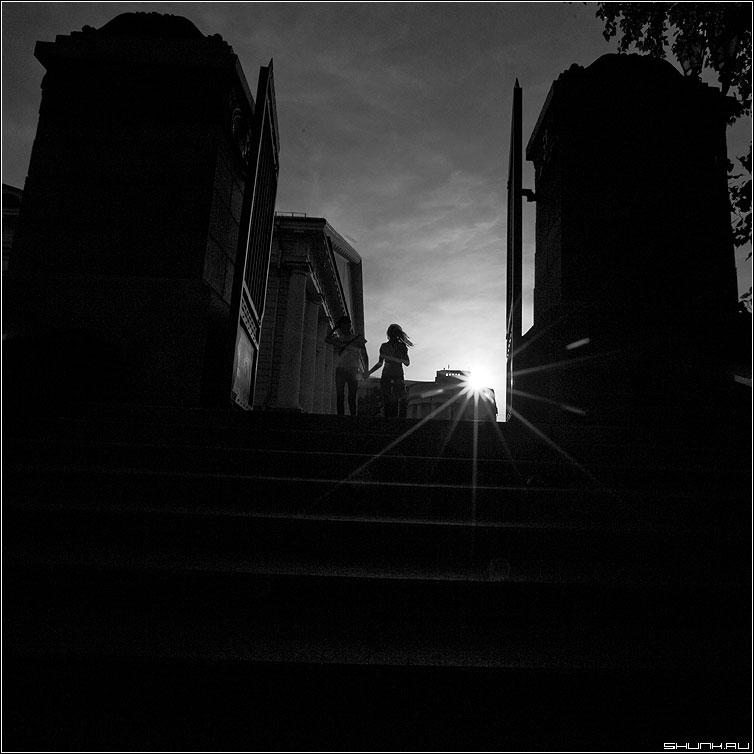 Врата любви - манежка пара он она солнце лучи врата небо контраст квадратное фото фотосайт