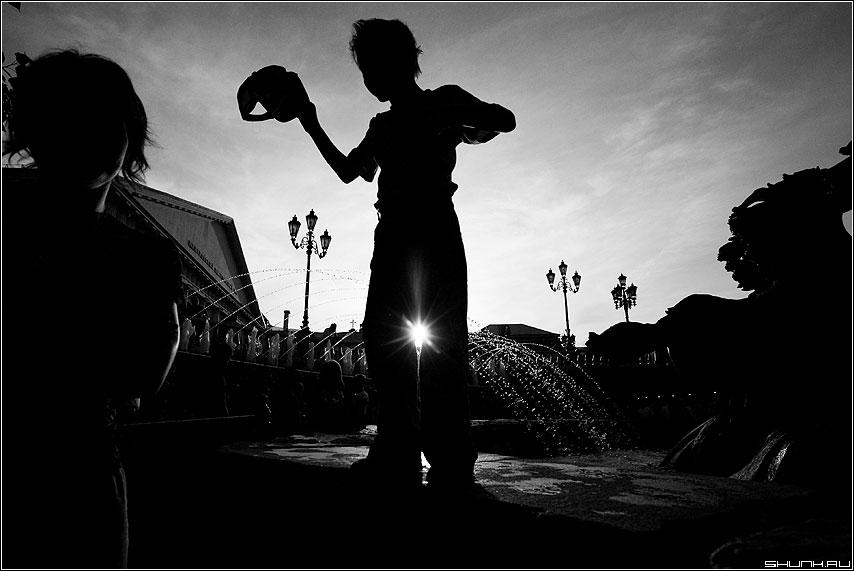 Солнечное - мальчик ребенок манежка чёрнобелое солнце силуэты фото фотосайт