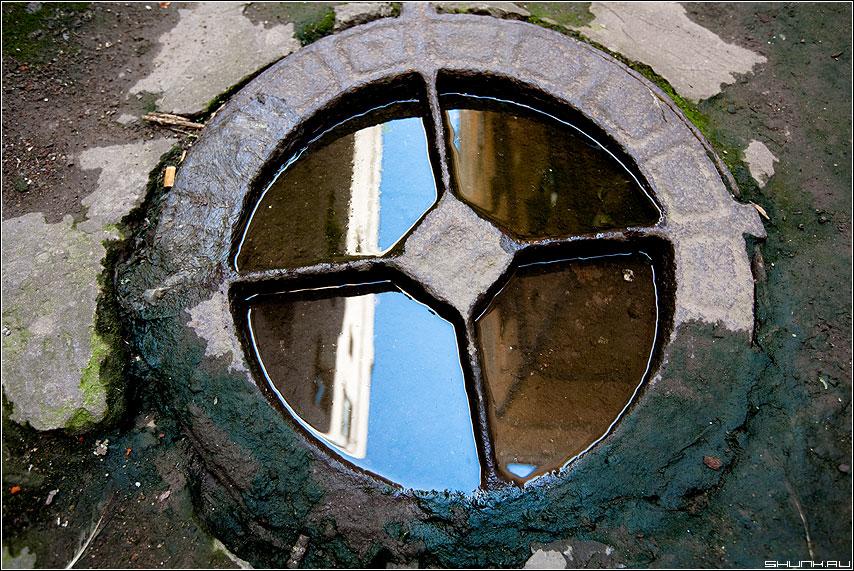 Небесный колодец - небо отражение колодец люк вода цвет фото фотосайт