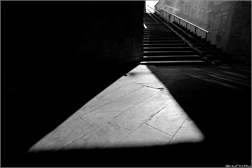 Теорема Фалеса - теорема прямые треугольник лестница переход город свет луч фото фотосайт
