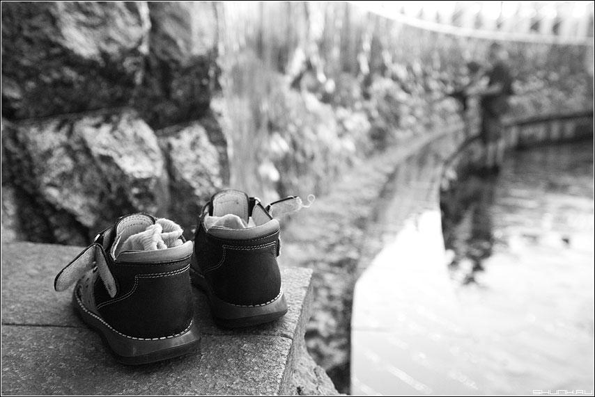 Сандалики - манежка фонтан сандалики сандали чёрнобелое фото фотосайт