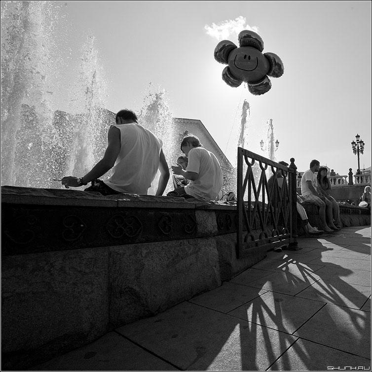 Солнце взойдет - шарик фонтан манежка квадратное небо фото фотосайт