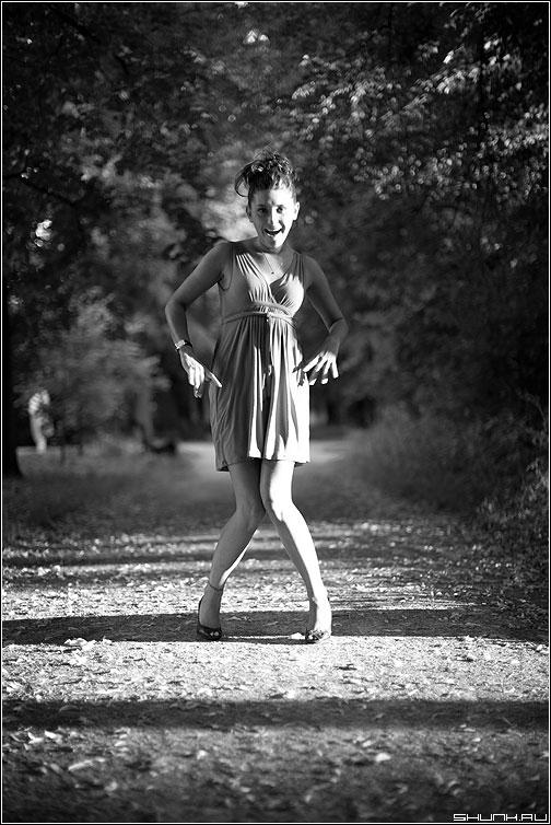 Самый удачный кадр - девушка позитив фотосессия чёрнобелое парк аллея фото фотосайт