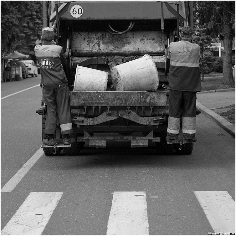 Мусорщики - переход машина мусорная мусорщики уборщики квадратное фото фотосайт