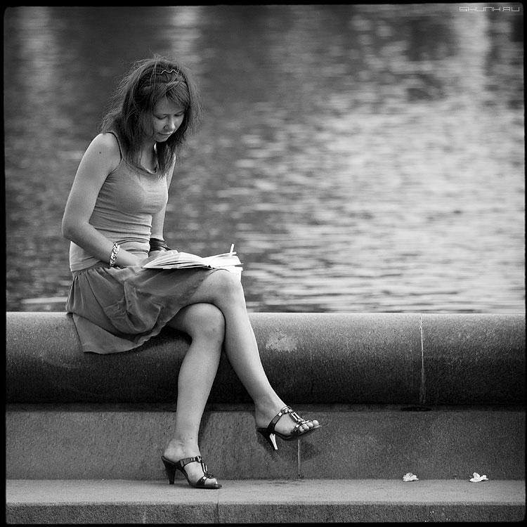 На фонтане - девушка фонтан берег квадратное среднийформат квадратное фото фотосайт