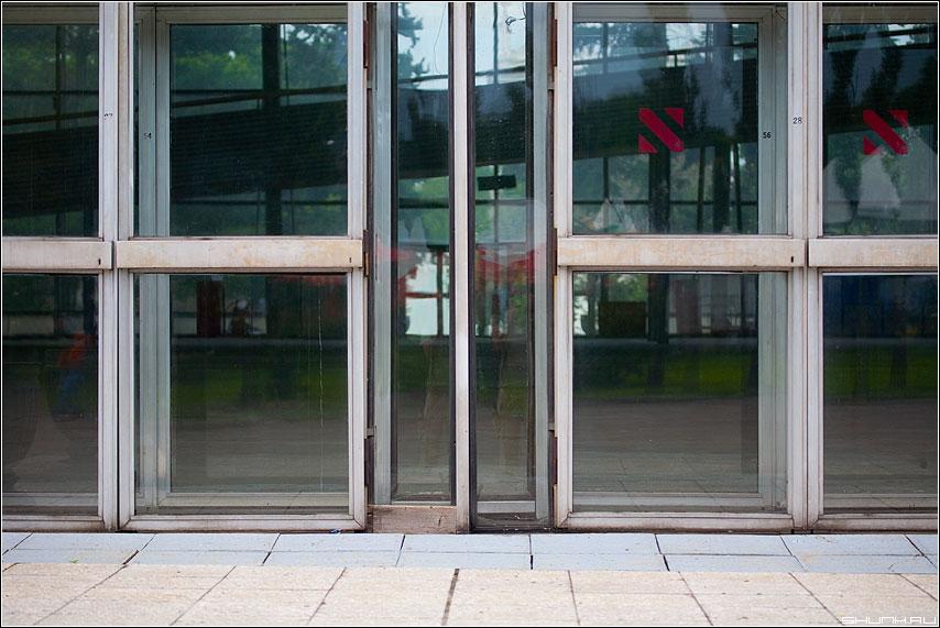 Бабушка пластиковых окон - двери стекло аллюминий метал век архитектура двери фото фотосайт