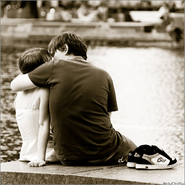 Поцелуй босиком - поцелуй кроссовки фонтан квадратное вднх фото фотосайт