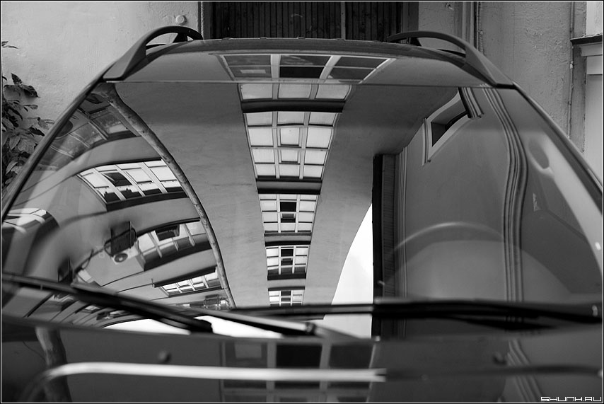 Хаос отражения - отражение вольво стекло капот чёрнобелое город здание архитектура окна фото фотосайт