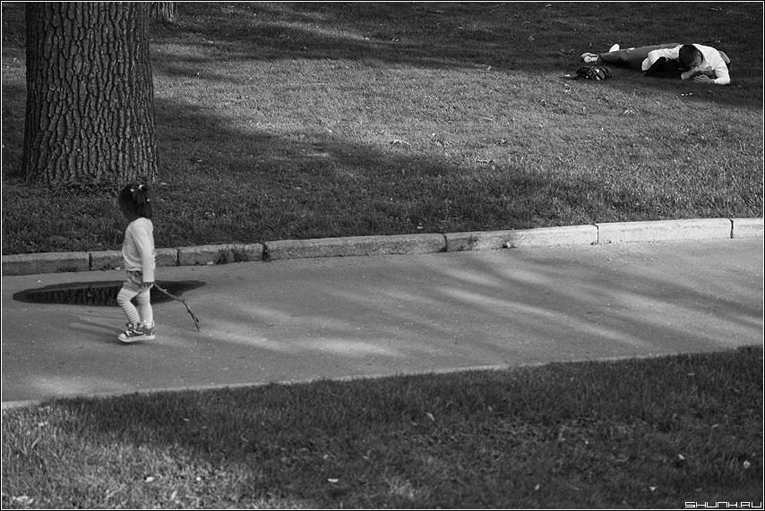 Дети появляются внезапно - ребенок манежка девочка парочка чёрнобелое александровскийсад фото фотосайт