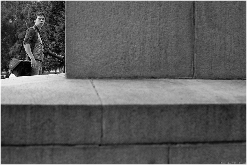 У постамента - фотограф манежка чёрнобелое фотоаппарат сони фото фотосайт