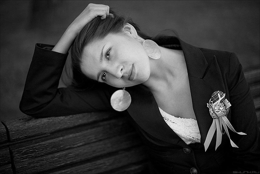 На лавочке - девушка лавочка парк орден медаль сережки чёрнобелое фото фотосайт