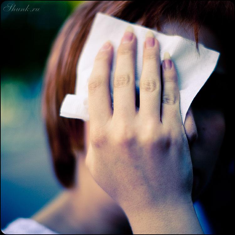 Про соринку, наверное... - соринка салфетка рука квадратное темное нелетнее фото фотосайт