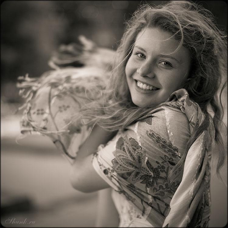 Вологодская девчушка - девушка шаль платье квадратное среднийформат чёрноблое улыбка искренность фото фотосайт