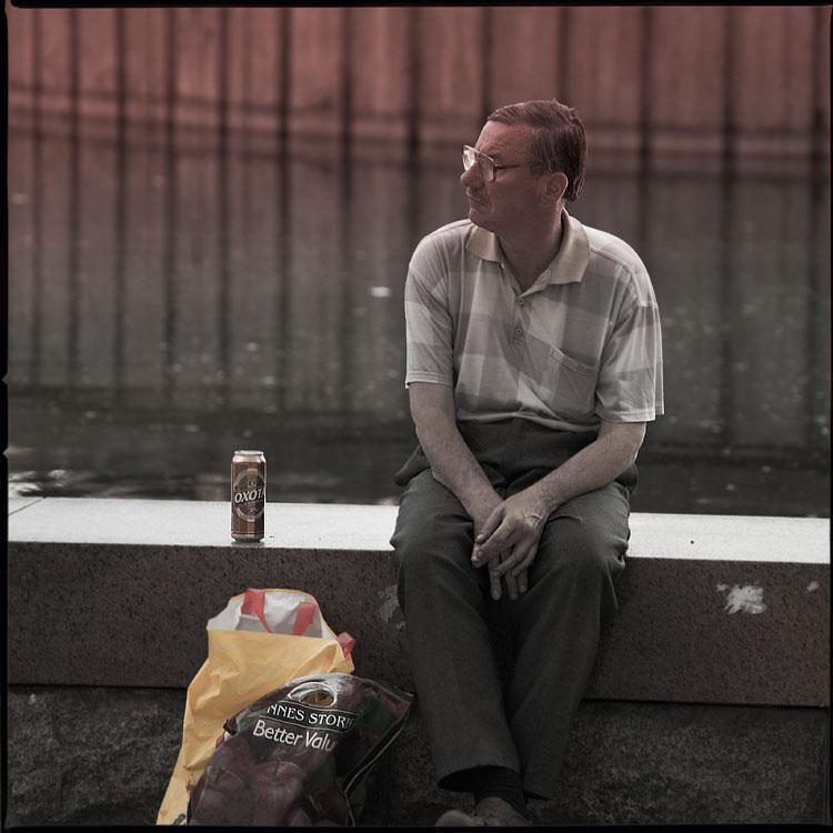Электрик - среднийформат мужик бордюр фонтан вода вднх пиво охота фото фотосайт