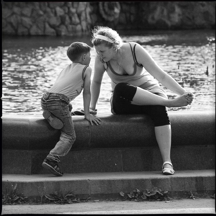 Про покорность возрастов - среднийформат женщина мальчик нога фонтан вднх чёрнобелое фото фотосайт