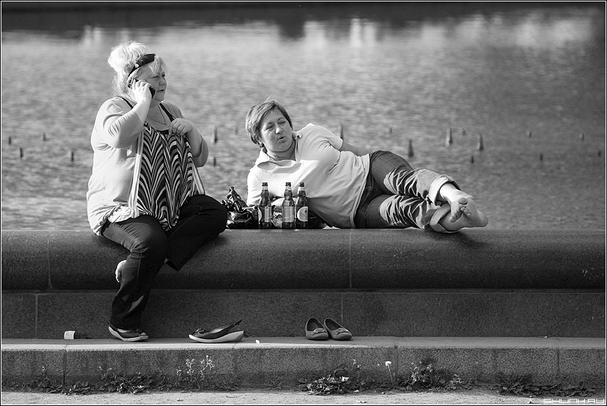 Подруги - фонтан барышни женщины подруги чёрнобелые фото фотосайт
