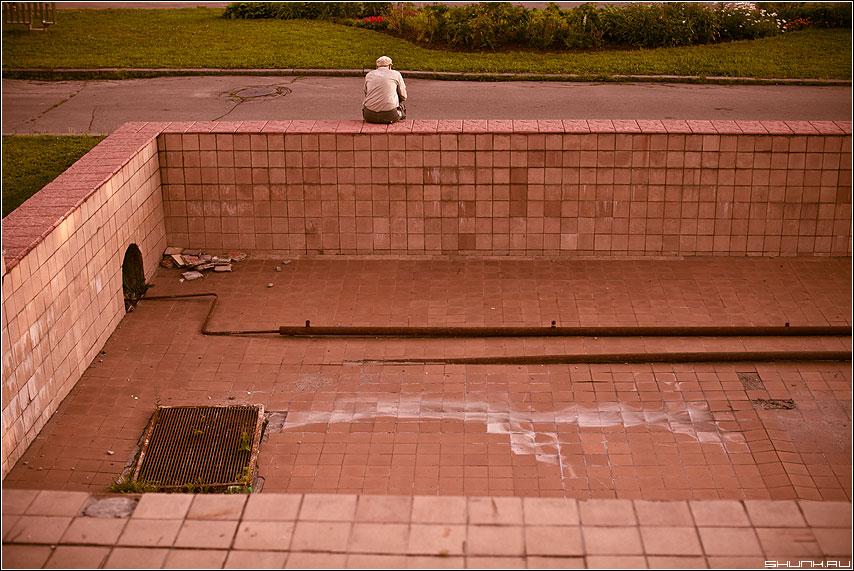 Опустошение души - мужчина фонтан бассейн пустота цвет пленка фото фотосайт