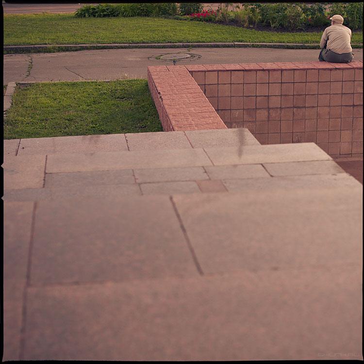 На жизненном зигзаге - мужик бортик вднх среднийформат цвет пленка квадратное фото фотосайт
