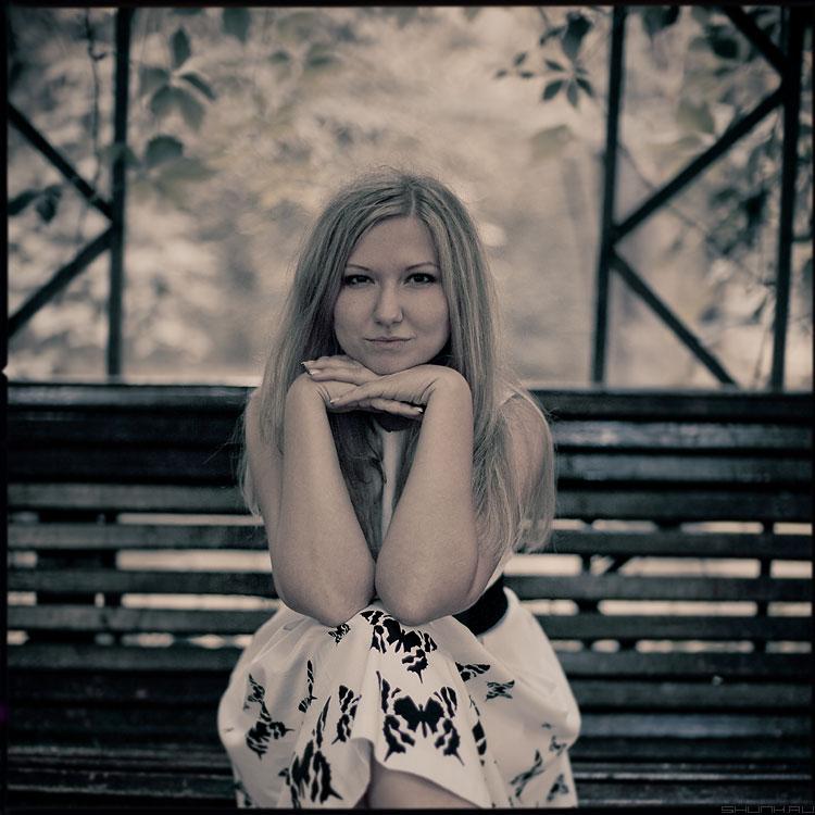 Портрет на лавочке - юля скамейка парк аптекарский руки портрет уличная фотопрогуляться фото фотосайт