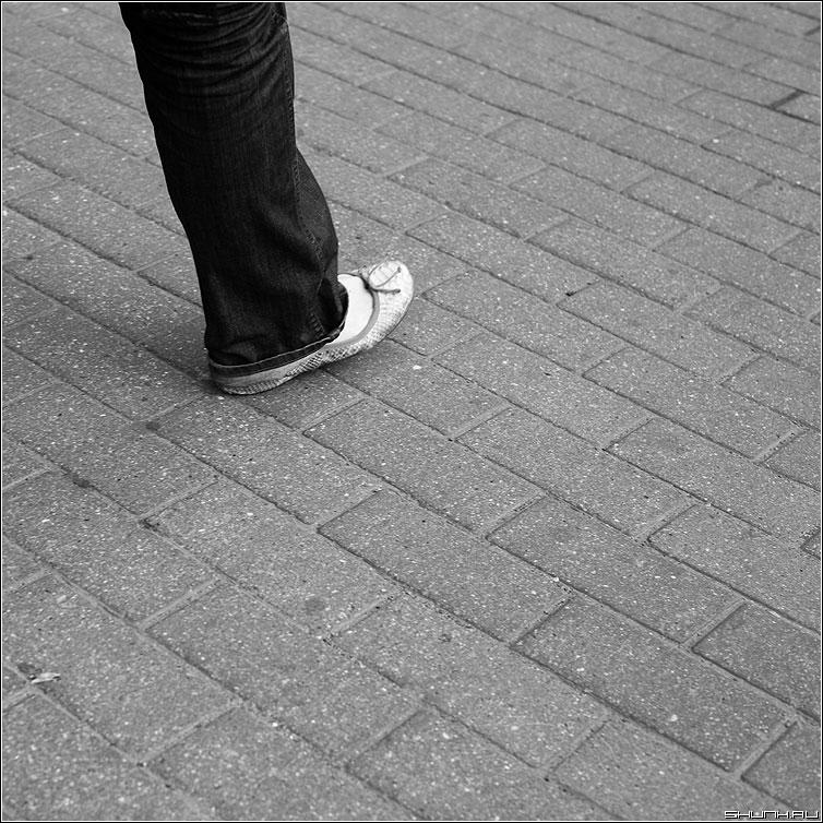 Тверже шаг - шаг нога тротуар брусщатка квадратное фото фотосайт