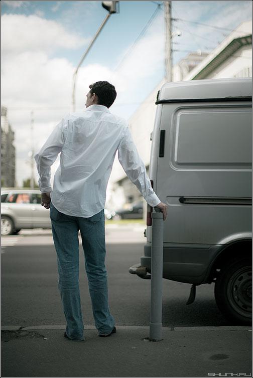 Среднестатистический пешеход - переход автомобиль газель пешеход мужик рука столб светофор улица фото фотосайт