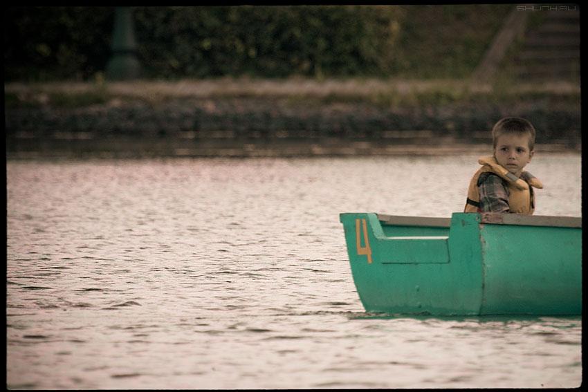 Лодочка - плыви - ребенок лодка четыре цифра обработка стилизация фото фотосайт