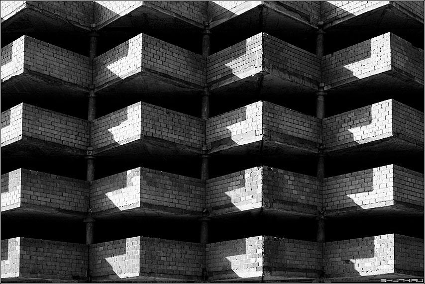 Предрассудок углов и световых пятен - пятна свет кирпичи гараж алексеевская чёрно-белые архитектрура фото фотосайт