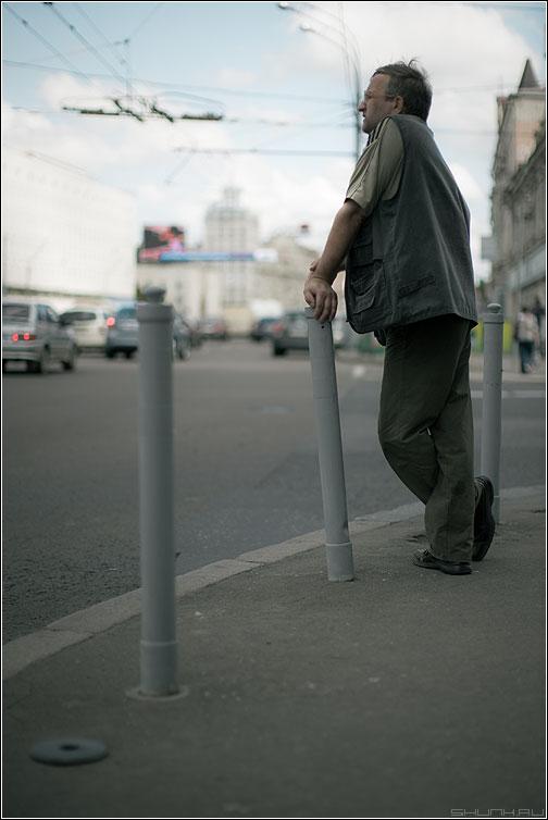 Среднестатистический пешеход 2 - переход пешеход мужик рука столб светофор улица фото фотосайт
