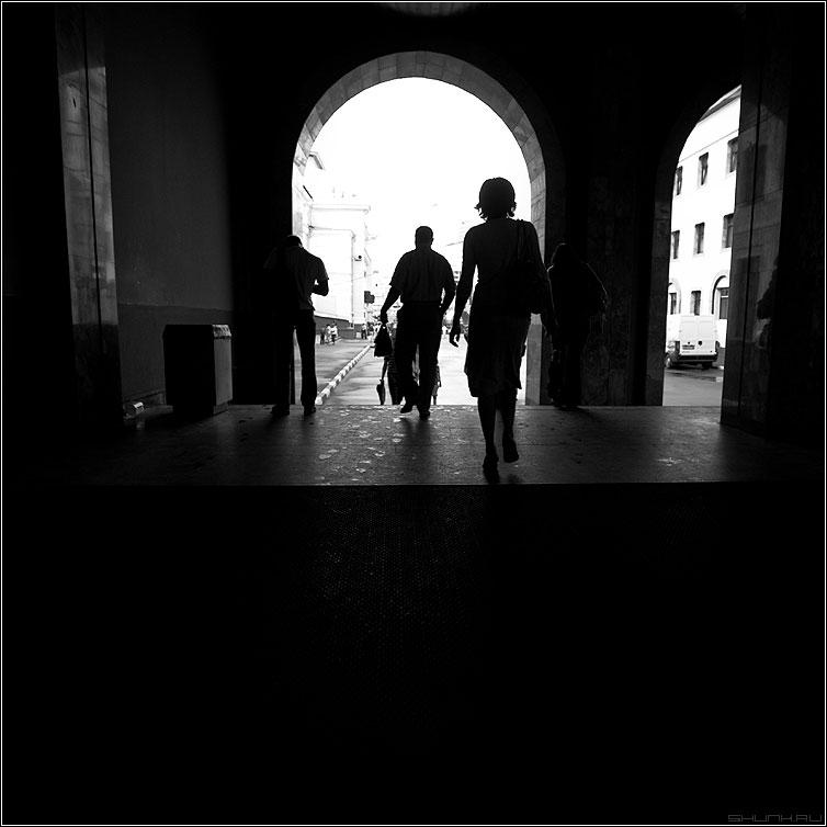 Арочное - арка квадратное люди чёрнобелое силуэты вокзал фото фотосайт