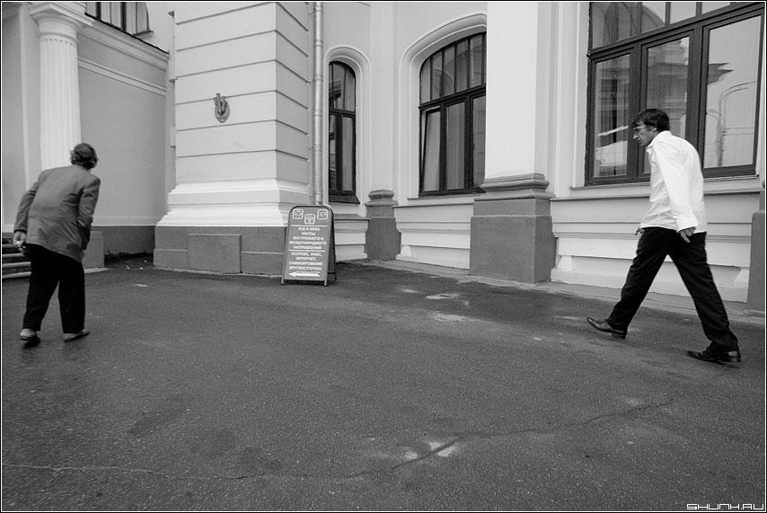Сходитесь! - вокзал шаг мужики случай сходитесь встреча чёрнобелое фото фотосайт