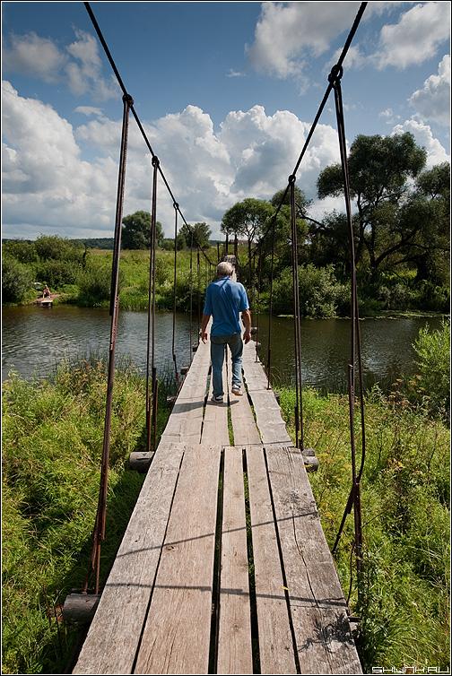 Подвесной - мост деревня мужик река небо тросы фото фотосайт